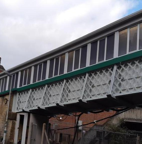 Footbridge at Caterham station.png