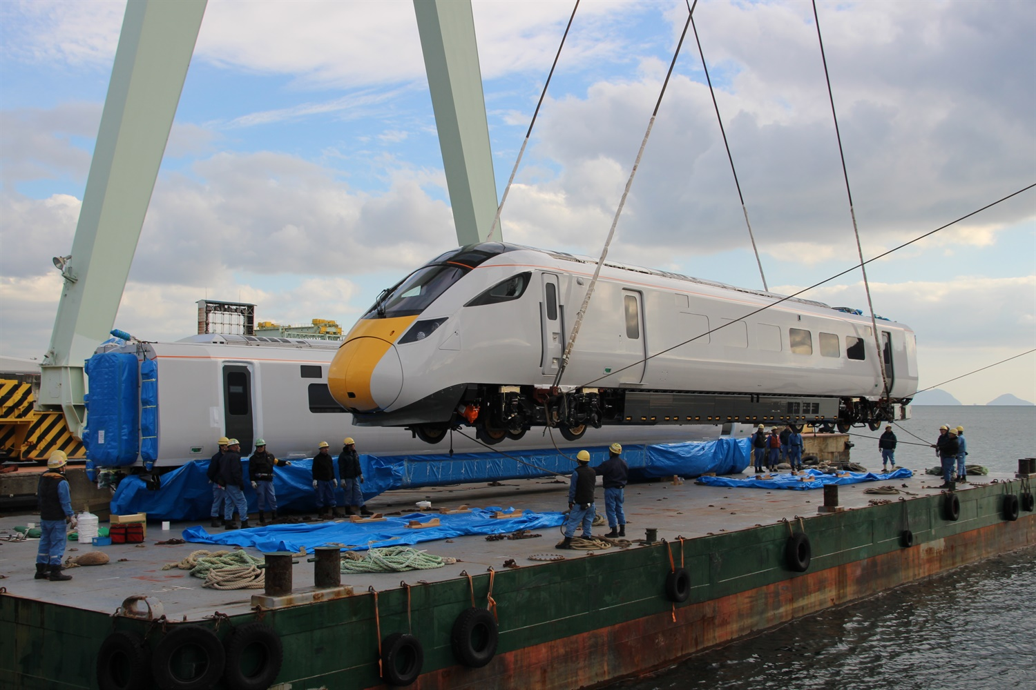 Shipment of Hitachi's first Class 800 train for IEP begins
