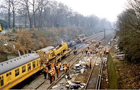 805 Clapham Junction 1988 incident 2 geograph-3149688-by-Ben-Brooksbank edit resize 635731556007112518